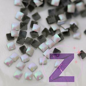 szegecs körömdísz négyzet formában fehér színjátszó színben