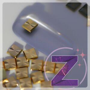 szegecs körömdísz négyzet formában arany színben