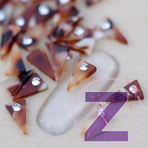 zodiac körömékszer gyanta háromszög strasszkővel barna mintával