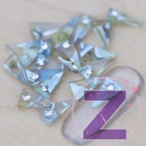 strasszköves körömdísz gyanta háromszög strasszkővel kékes színvilággal
