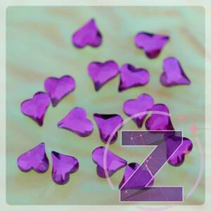 strassz formakő körömdísz szív alakban fuchsia színben