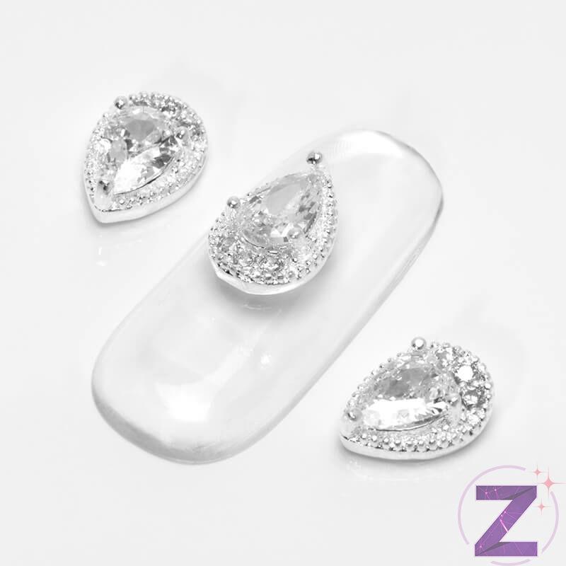 Cseppforma körömdísz ezüst alapon cseppforma crystal kővel