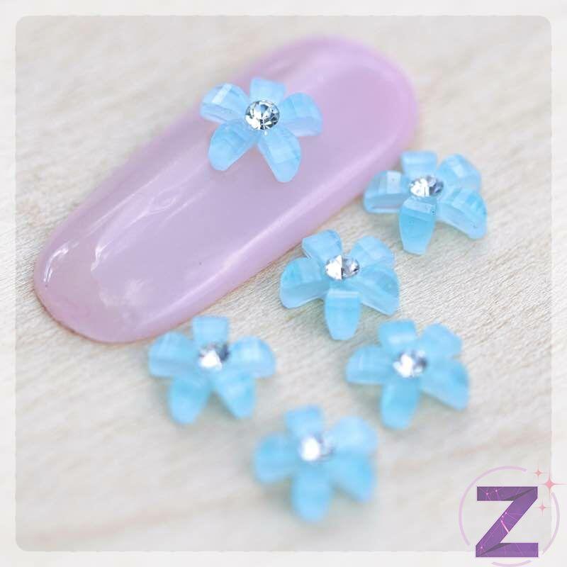 zodiac virágforma körömdísz kék opál színben