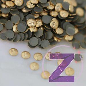 szegecs körömdísz gravírozott felülettel arany színben