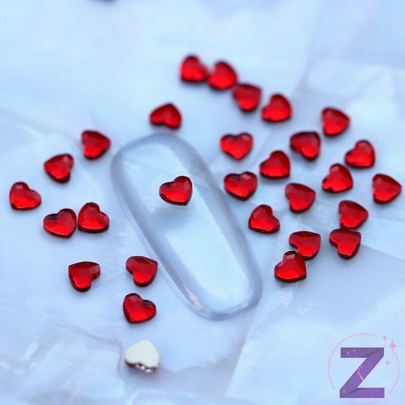 strassz formakő körömdísz szív alakban piros színben