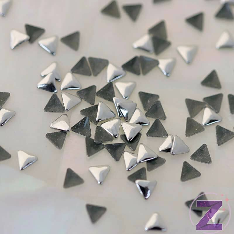 szegecs körömdísz háromszög formában ezüst színben