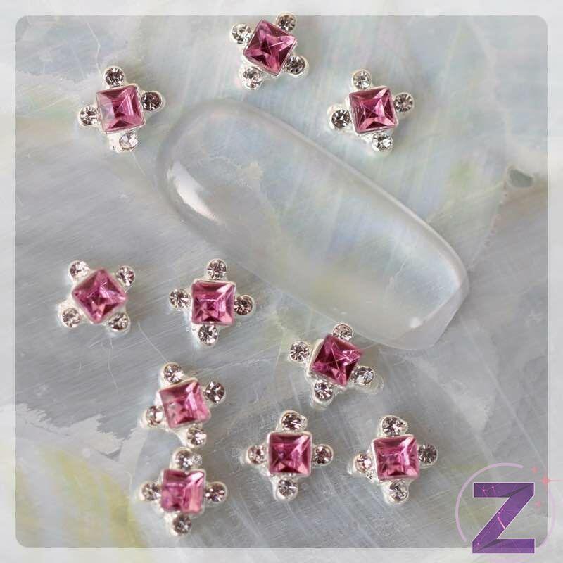 strasszköves körömdísz rózsaszín központi kővel